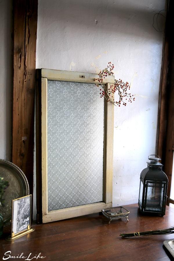 复古老窗户,斑驳的米黄色泽的窗边,以及非常美丽的雕花纹玻璃面